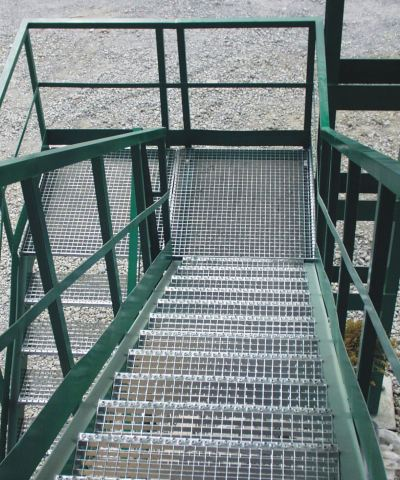Лестница из прессованного решетчатого настила